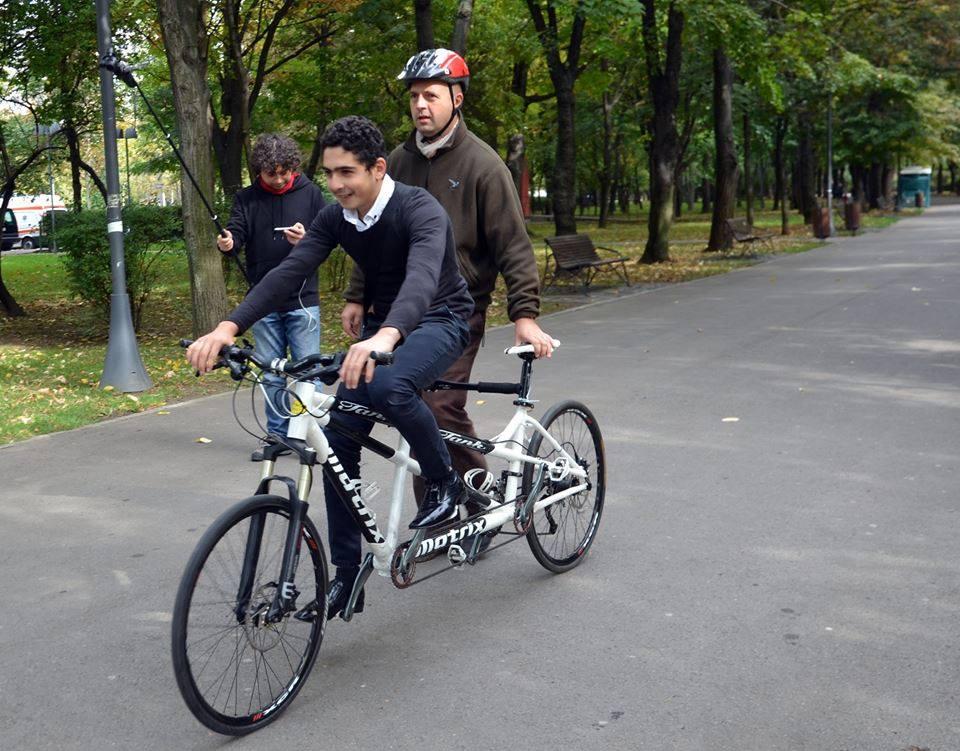 cu deficiențe de vedere pe bicicletă